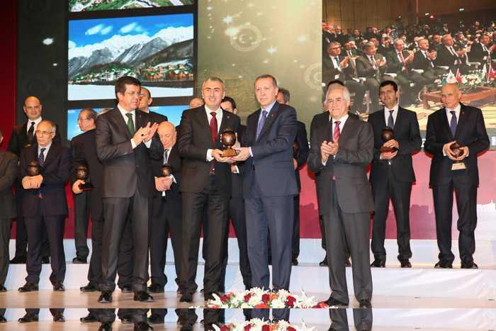 Bayburt Grup Ödülünü, Cumhurbaşkanı Erdoğan'ın Elinden Aldı  1