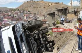 Bayburt'ta Toprak Yüklü Kamyon İki Evin Üzerine Devrildi