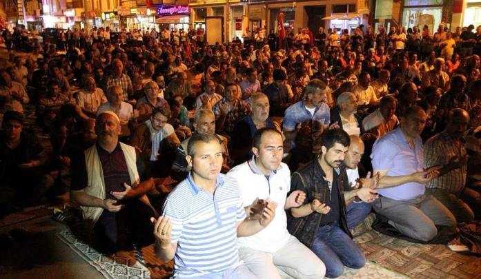 Bayburt'ta Binlerce Kişi Saf Tutup Şükür Namazı Kıldı