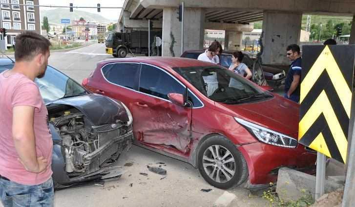 Köprülü Kavşak Altında Trafik Kazası