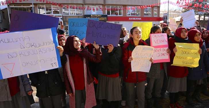 """Kız Öğrencilerden """"Okuluma Dokunma"""" Protestosu…"""