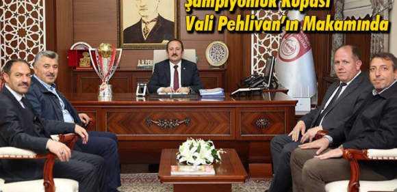 Bayburtspor'un Şampiyonluk Kupası Vali Pehlivan'ın Makamında