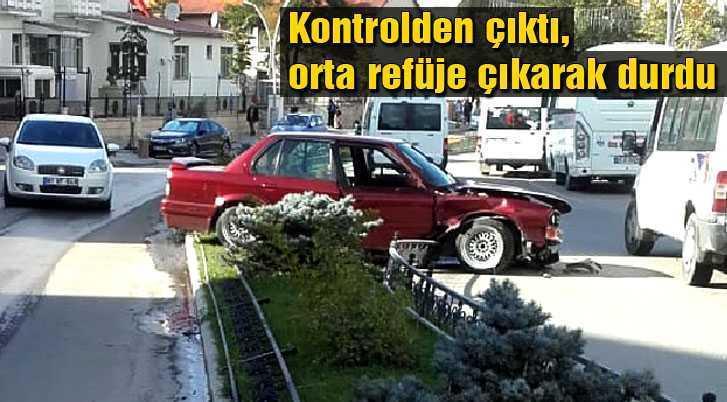 Kontrolden Çıkan Otomobil Orta Refüje Çıkarak Durabildi